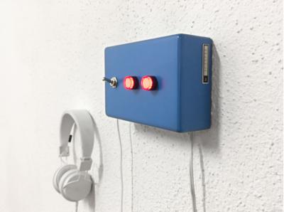 Blue machine (natura morta) di machina imaginis   macchina con suoni, 16.5x10.5 cm, 2019 Pezzo Unico