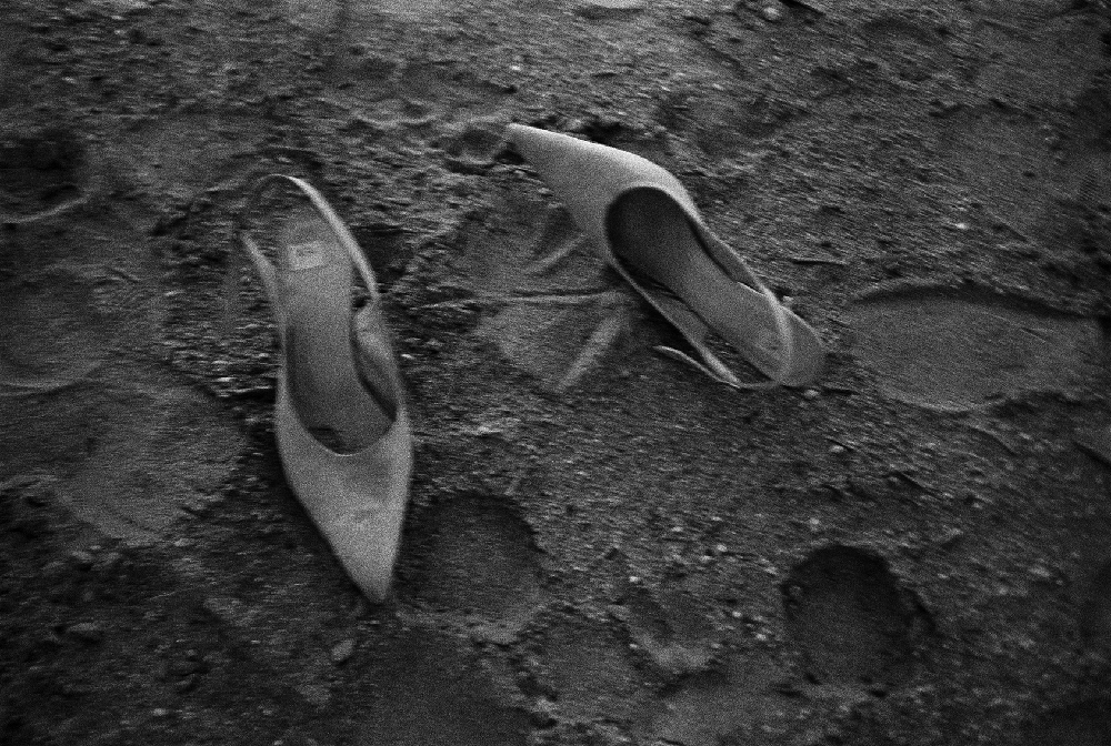 Peter Lindbergh _ Milla's shoes, Mojave desert, 1990 © Peter Lindbergh (courtesy Peter Lindbergh, Paris).jpg